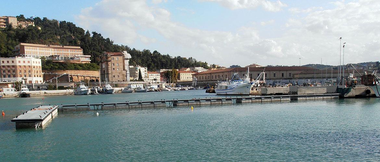 Banchina galleggiante per pescherecci nel Porto di Ancona